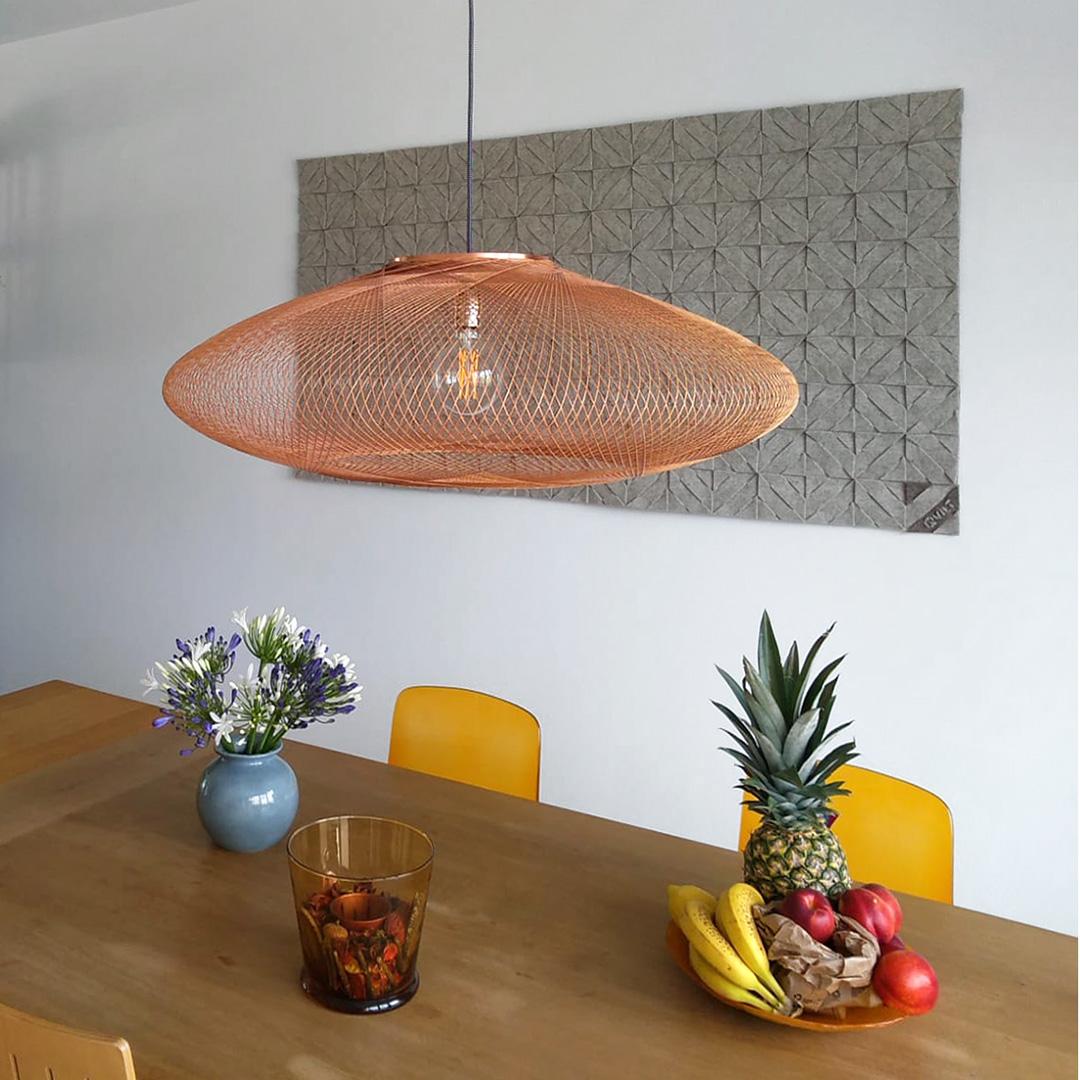 naturel&stoer wandkleed boven eettafel ter akoestiek verbetering